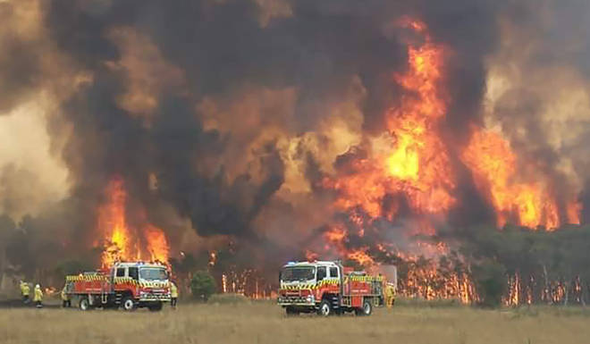 Firefighters battle with the huge wildfire in Australia