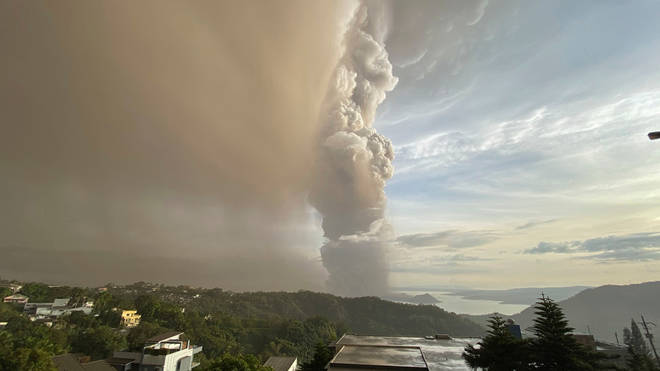 The plume of ash reached more than 1km