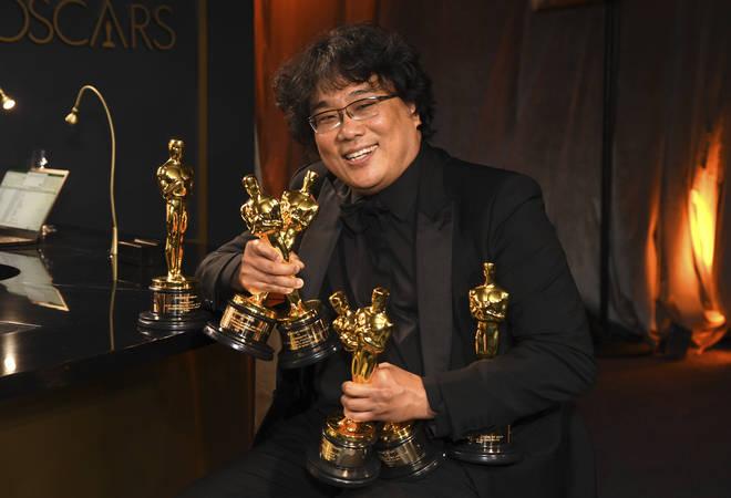 Bong Joon-ho holds the Oscars won by Parasite