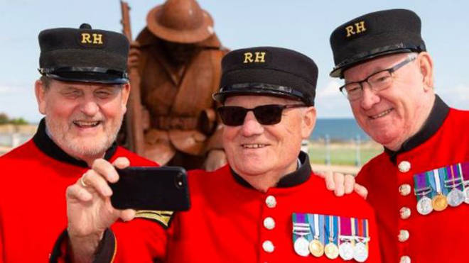 Fred Boomer-Hawkins (middle) taking a selfie with other Chelsea Pensioners on a trip to Durham