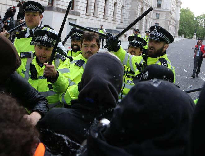 Police intervene anti-racism protest in London