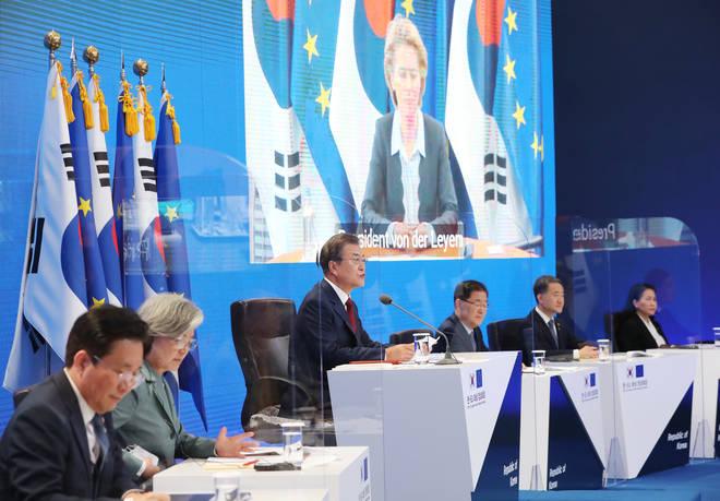 South Korean President Moon Jae-in (centre)