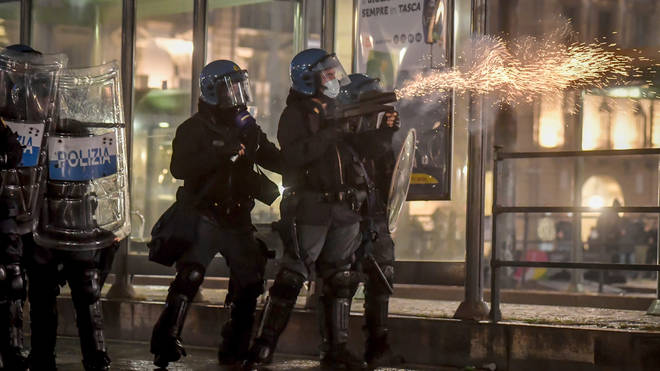 Police fire tear gas at protesters in Turin