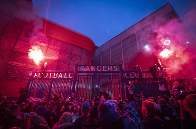 Des foules immenses se sont rassemblées devant le stade Ibrox samedi soir en prévision de la confirmation du titre dimanche.