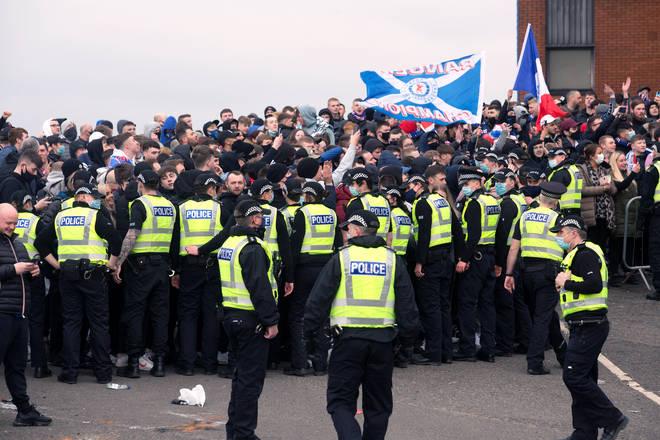 Il n'y a pas eu d'arrestations samedi, mais il y a des avertissements que certains fans pourraient faire face à une action rétrospective après leur rassemblement samedi soir.