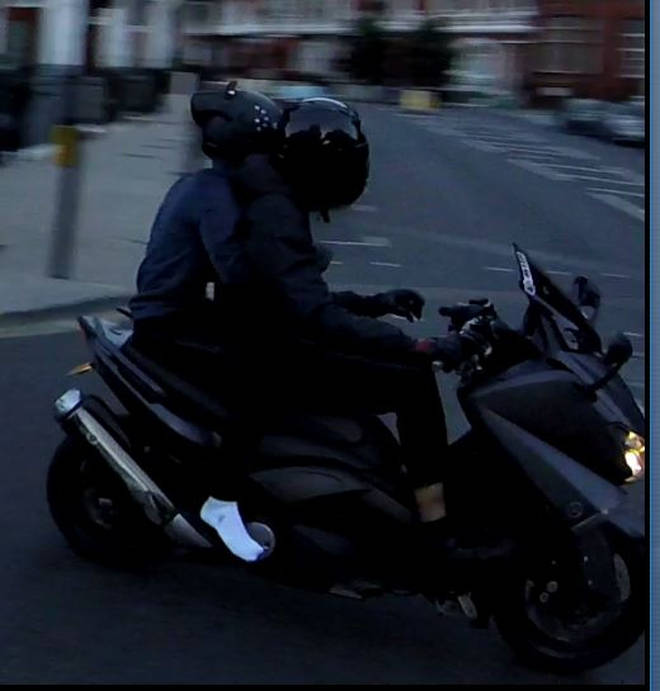 Robbers in Knightsbridge escape on a moped