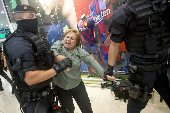 Police tried to evict approximately two hundred independence activists who gathered at the Sants train station, Barcelona on Sunday as part of a protest in support of the Catalan Republic a day before the court ruling verdict was published